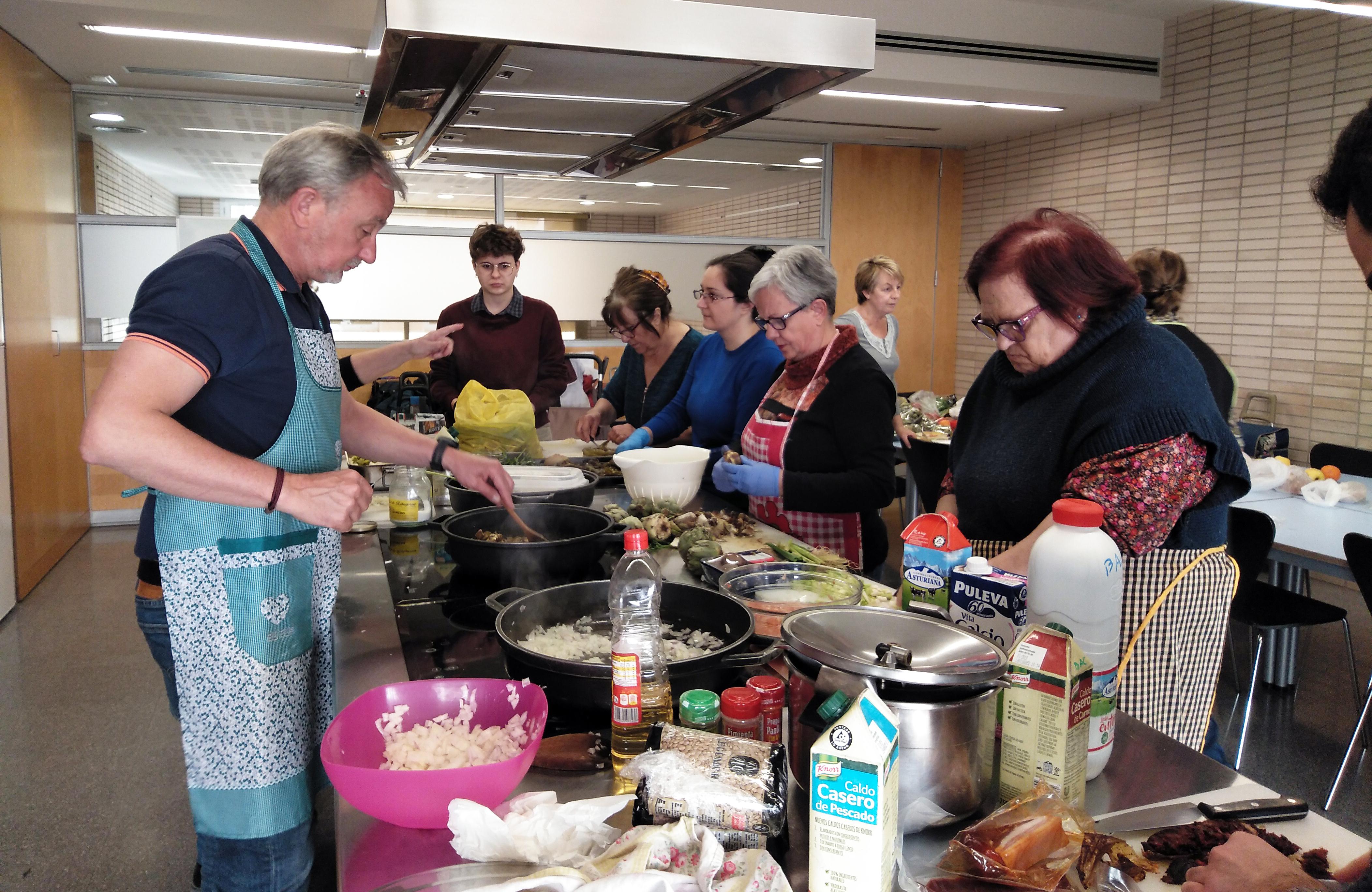 El proyecto 'Cuinetes' acompaña a las personas usuarias de las Viviendas para mayores de ABD en Navas para que puedan comer de forma variada