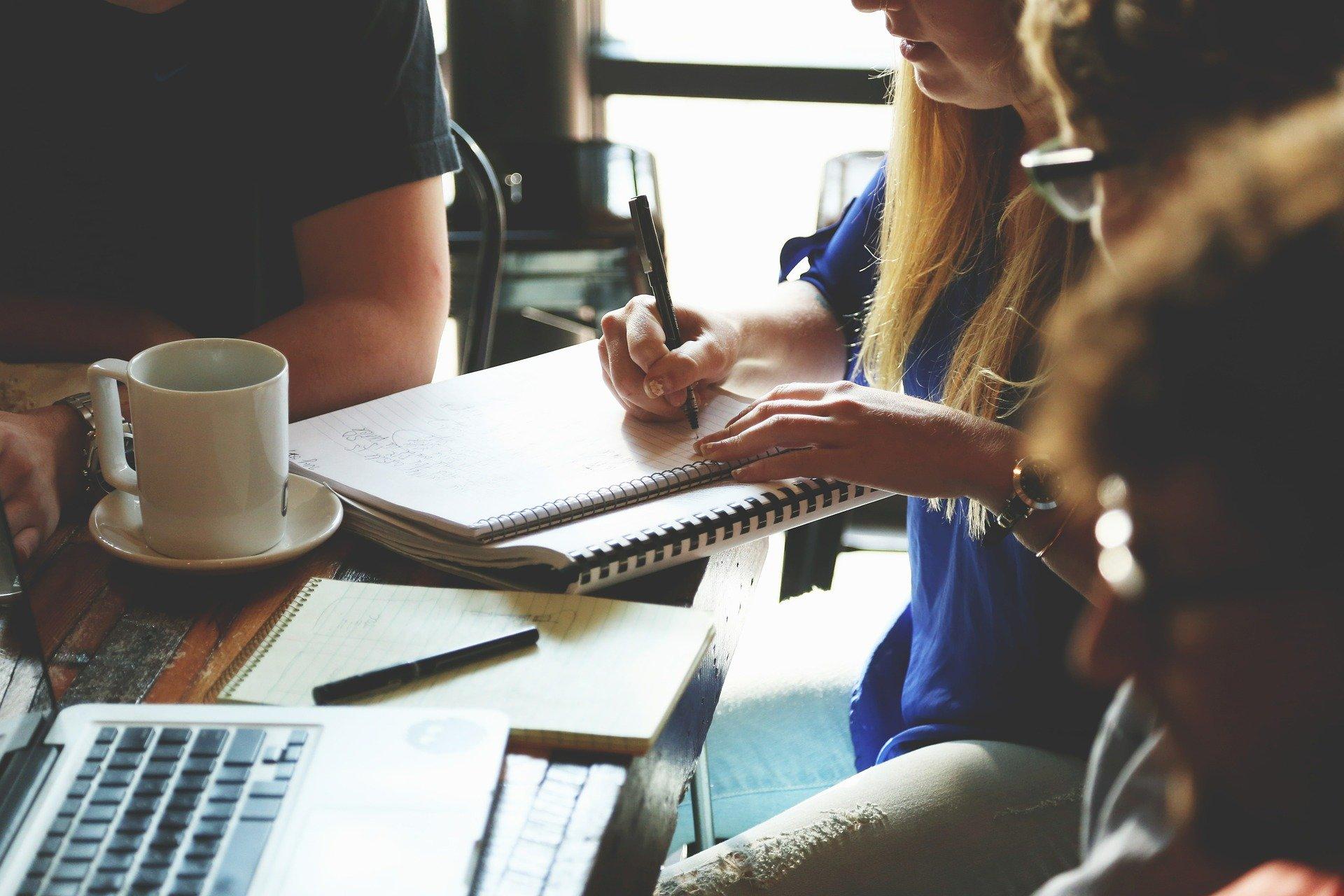 T'agradaria treballar a una ONG? Consulta les ofertes de feina de l'Associació Benestar i Desenvolupament ABD