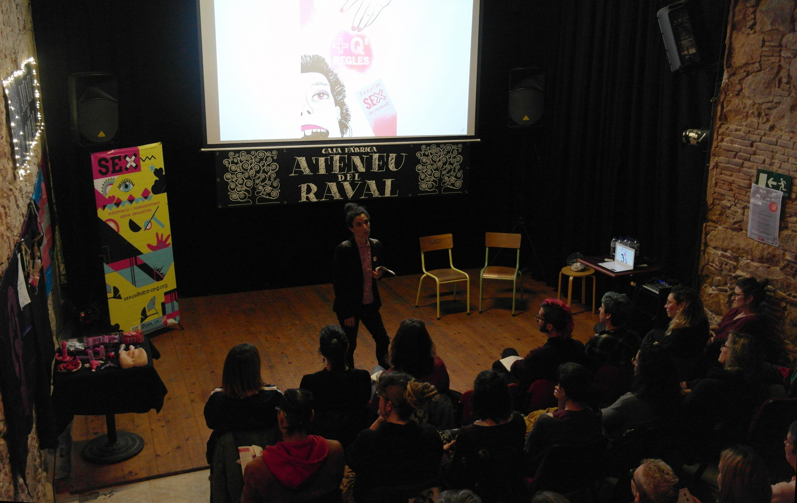 La campanya '+Q Regles' de Sexus s'estrena a l'Ateneu del Raval amb un debat i una improvisació teatral al voltant de la menstruació