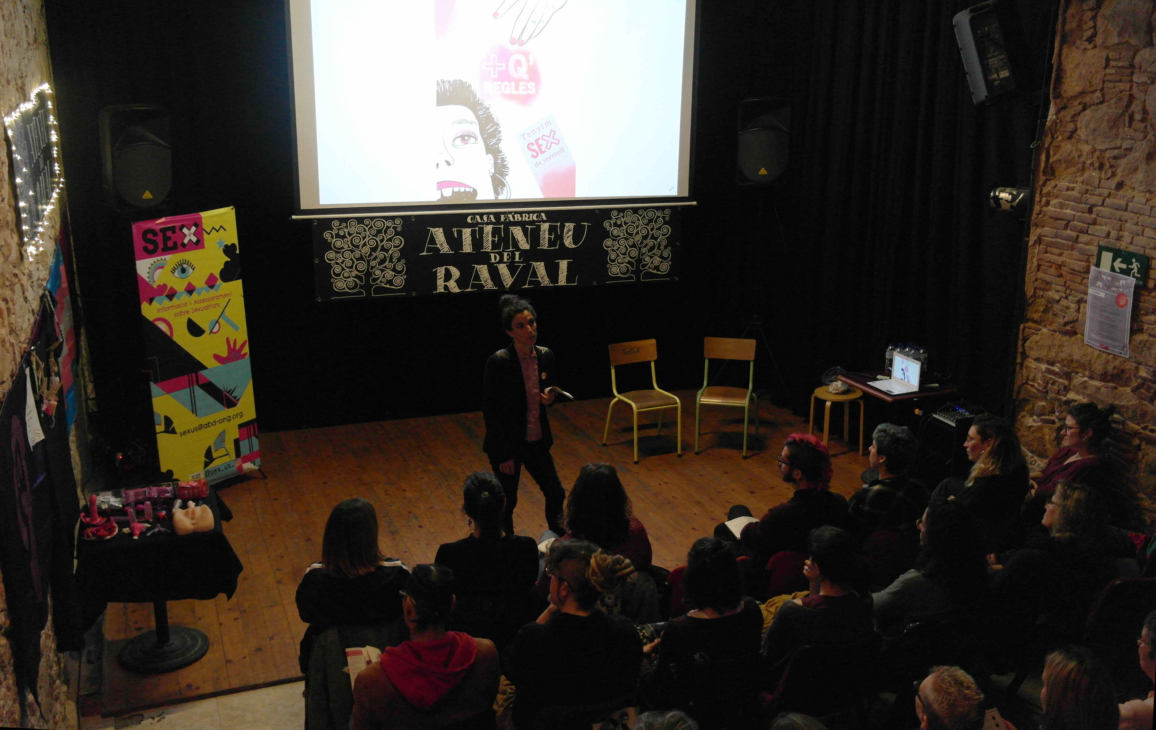 La campaña '+ Q Reglas' de Sexus se estrena en el Ateneu del Raval con un debate y una improvisación teatral alrededor de la menstruación